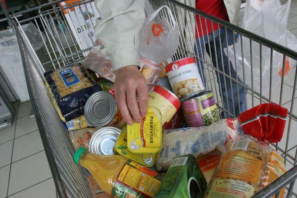 Des produits alimentaires dans un caddie