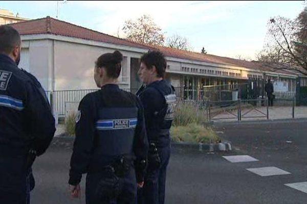 Trois policiers municipaux veillent devant l'école Montjoly de Chamalières (63).