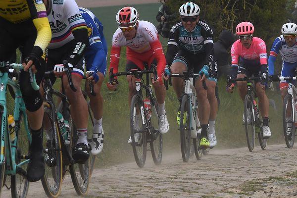 Les coureurs se sont attaqués à la tranchée d'Arenberg, passage clé du Paris-Roubaix.