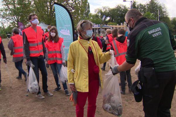 """La 3e édition du """"grand nettoyage citoyen"""" organisée au lac Kir, à Dijon, a permis de récolter plus de 150 kilos de déchets en tout genre en l'espace d'une matinée samedi 28 août 2020."""