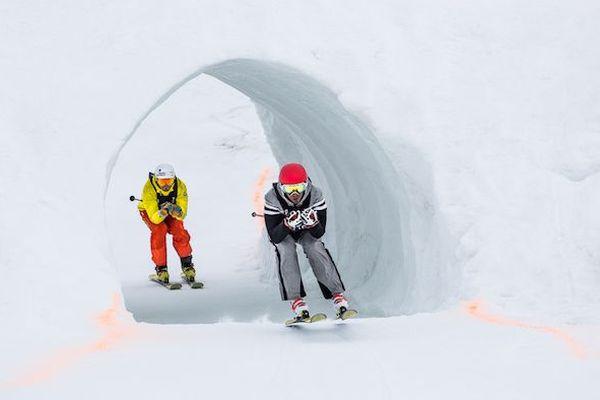 Pendant le parcours, les skieurs doivent passer par des tunnels.