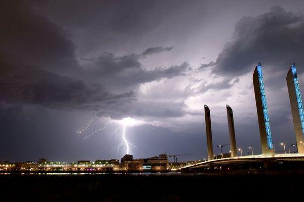 La foudre s'abat sur Bordeaux, dans la nuit du 18 au 19 juin 2019, devant le pont Chaban-Delmas.