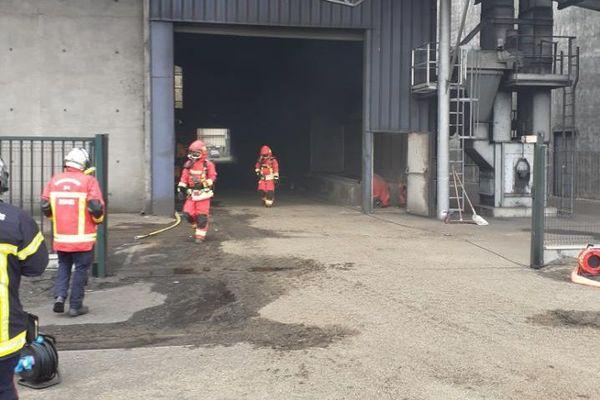 Les sapeurs-pompiers de l'Hérault interviennent dans un hangar de Sète pour un incendie dans un entrepôt - 19 octobre 2020.