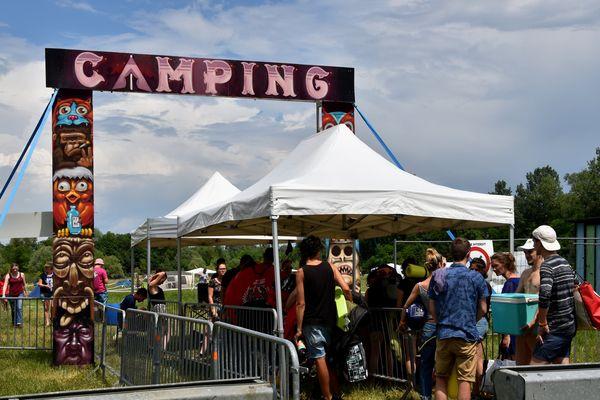 Les campeurs patientent sous le totem du Camping du Michel pour récupérer leur bracelet-pass.