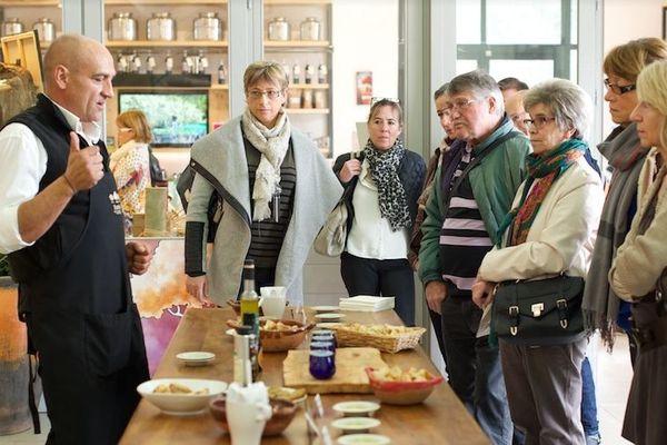 Dégustations d' huiles d'olive et produits du terroir.