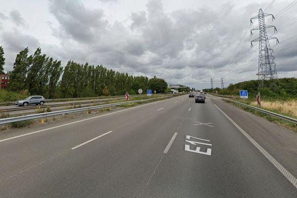 L'homme d'une trentaine d'années a été retrouvé ligoté sur la bande d'arrêt d'urgence de l'A22, dans le sens Lille vers Gand.
