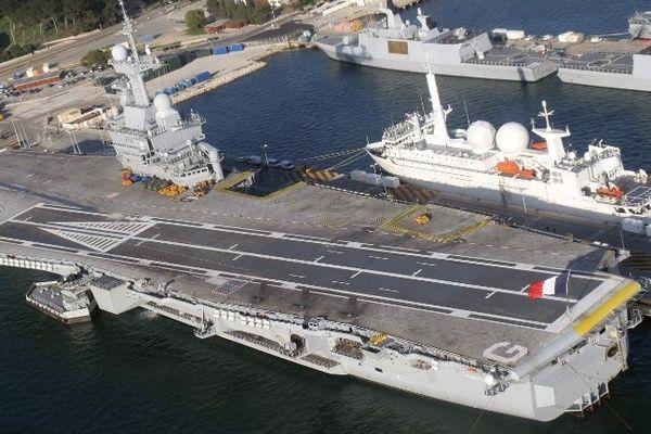 Le porte-avion Charles de Gaulle dans la rade de Toulon