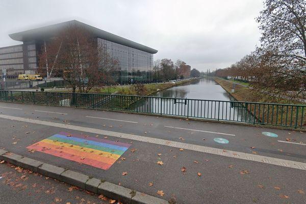 Le drapeau arc-en-ciel du quartier européen de Strasbourg se trouve sur le pont de la Rose blanche, a côté de la piste cyclable.
