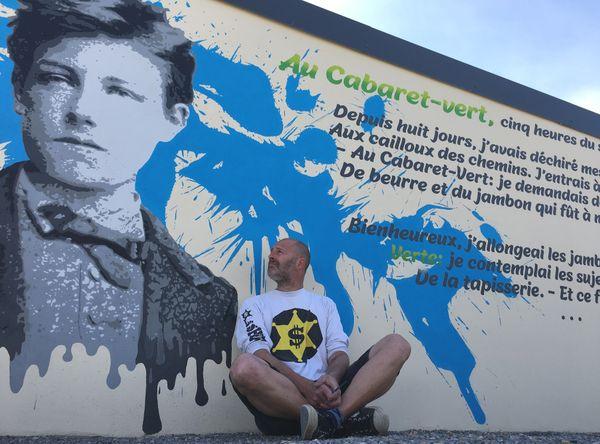Quand l'Art s'offre à la rue et redonne vie à des lieux oubliés. Le vieux mur d'un local devient un endroit poétique. L8zon l'artiste.