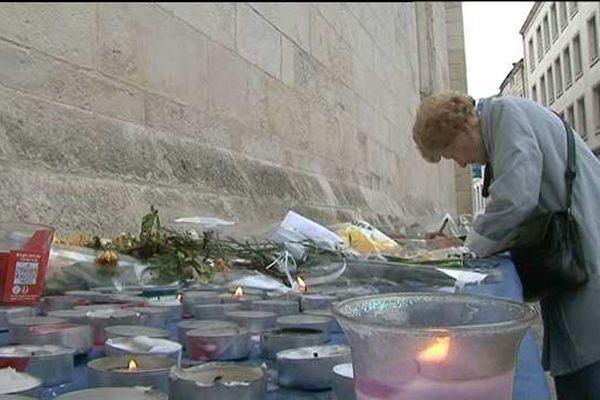Manifestations sur la voie publiques interdites sauf les hommages rendus aux victimes, comme ici à La Rochelle le lundi 16 novembre.