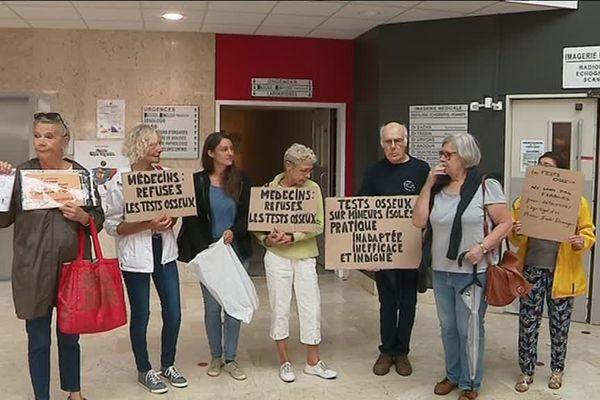 Une dizaine de personnes ont manifesté jeudi devant l'hôpital Louis Pasteur de Chartres contre les tests osseux pour déterminer l'âge de jeunes migrants.