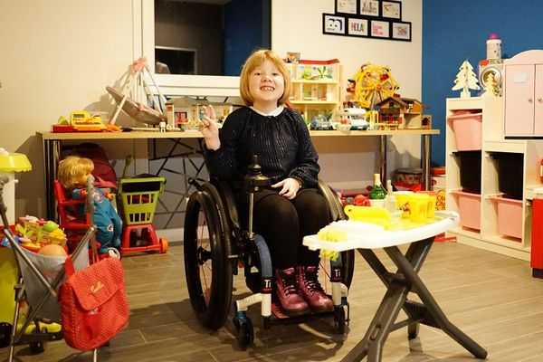 Ilena, dans sa salle de jeu à Is-en-Bassigny en Haute-Marne