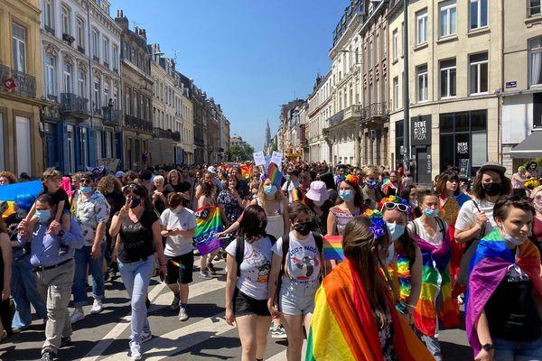 Malgré une édition à taille réduite en raison du Covid-19, la marche des fiertés à Lille a tout de même rassemblé environ 5 000 personnes, contre 15 000 pour les Pride habituelles.