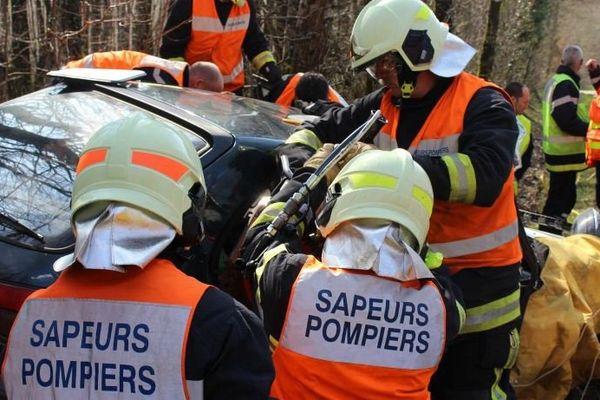Les pompiers du Sdis 17 en  pleine intervention dans un accident de la route