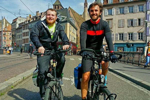 Les deux étudiants à vélo