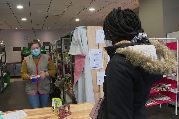 La Croix-Rouge organise des distributions alimentaires pour les étudiants tous les samedis à Grenoble.