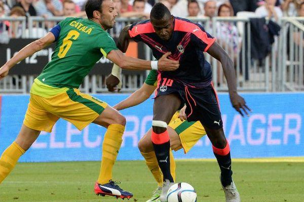 Cheick Diabate dispute le ballon au chypriote de Larnaca David Catala le 30 juillet 2015 au stade de Bordeaux.
