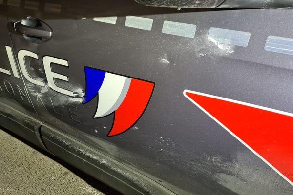 La voiture a reçu des projectiles, deux policiers ont été blessés lors de cette interpellation à Nice.