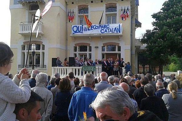Pézilla-la-Rivière (Pyrénées-Orientales) - les habitants manifestent pour le parc éolien catalan - 5 ami 2015.