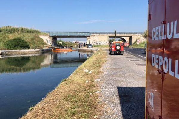 Frontignan (Hérault) - la cellule dépollution des pompiers de l'Hérault intervient sur le canal - 21 juin 2018.