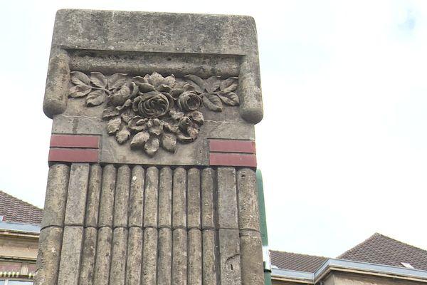 Détail des piliers de l'école Jules Ferry à Boulogne-sur-Mer
