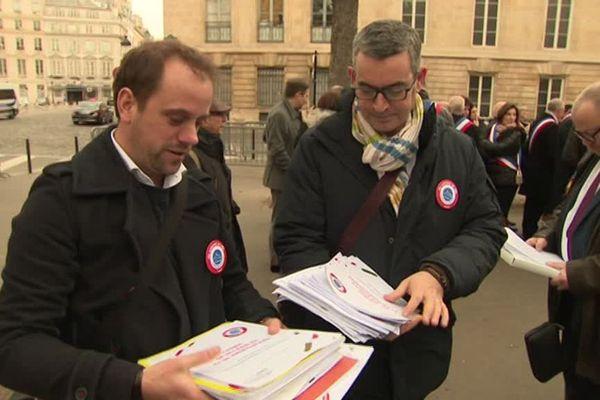 Les maires ruraux sont montés à Paris pour remettre leurs cahiers de doléances
