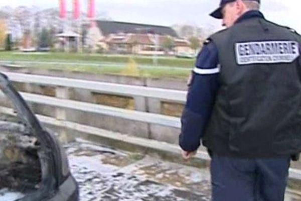 La voiture accidentée lors de l'évasion d'un trafiquant de drogue à Beauvais