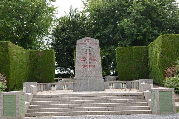 Le monument de La Pierre d'Haudroy, inauguré en 1925, marque l'emplacement exact où le cessez-le-feu de la Première guerre mondiale fut sonné le 7 novembre 1918.