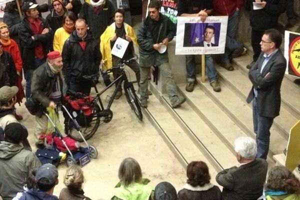 La maire de Rodez, Christian Teyssedre (PS), tente de dialoguer avec les militants écologistes