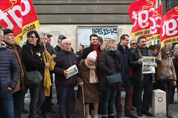 """250 salariés, lecteurs , amis et syndicats de """"La Marseillaise"""" sont venus soutenir le quotidien régional devant le tribunal de commerce de Marseille"""