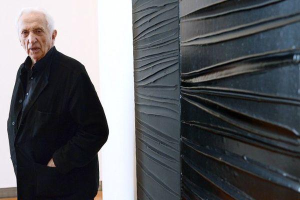 Pierre Soulages devant une de ses oeuvres