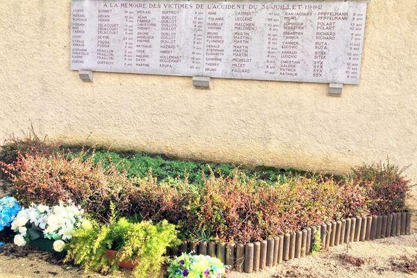 """Un """"Mémorial pour l'avenir"""" édifié sur l'aire de Curney, sur la commune de Merceuil, rend hommage aux victimes de l'accident de Beaune survenu le 31 juillet 1982 sur l'autoroute A6."""