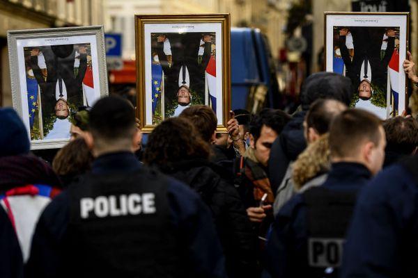 Après les décrochages, les portraits d'Emmanuel Macron avaient été brandis lors de manifestations par les militants d'ANV Cop-21, comme ici à Paris en mars 2020.