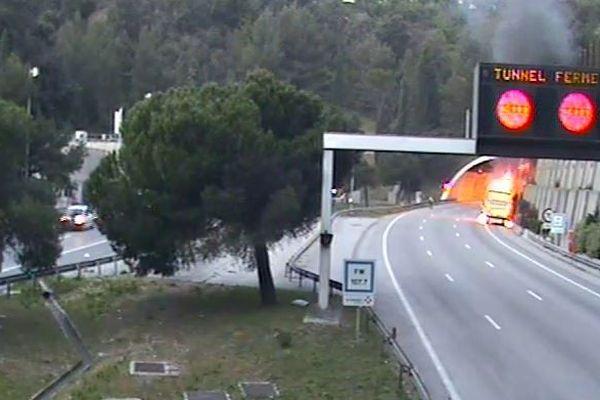 Un poids-lourd est en feu sur l'autoroute A8. L'axe est coupé dans le sens vers Aix-en-Provence.
