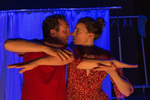 Marine Montaut (Elle) et Benjamin Boyer (Lui) dans la pièce L'un est l'autre
