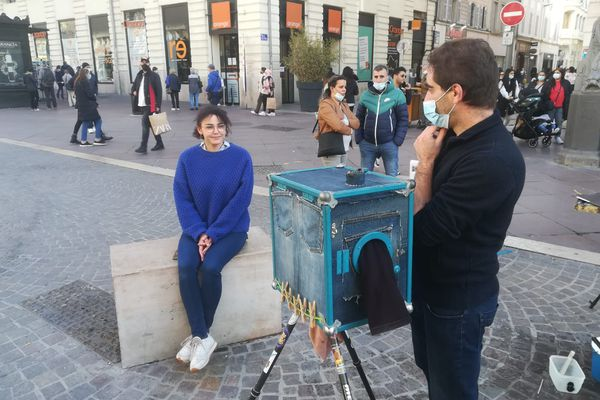 """Avec leurs """"Massilia box"""", Damien Gautier et Camille Crespo del Amo proposent aux Marseillais des photos au tirage argentique; Le processus pour prendre puis développer la photo dure une quinzaine de minutes seulement."""