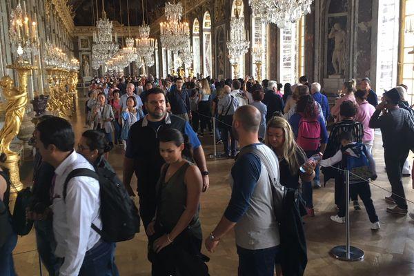 Des visiteurs dans la Galerie des glaces du château de Versailles.