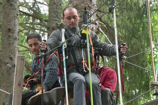 Paraplégiques, Pascal et Sébastien n'imaginaient pas un jour tester l'accrobranche. C'est une première, pour les deux amis.