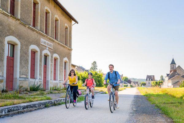 Une famille de cyclistes sur la Voie Verte sud Touraine.