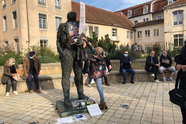 Les professeurs d'Histoire-Géographie sont venus rendre hommage à Samuel Pety sur l'Esplanade des droits de l'Homme.