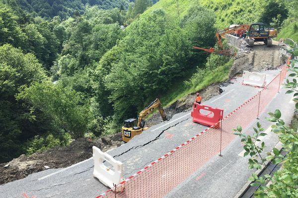 À moins d'un mois du passage du Tour de France, les travaux de remise en état de la RD918 entre Gourette et Laruns ont débuté.