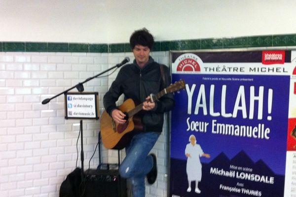 Rencontre avec Davis un mercredi après-midi dans les couloirs du métro. Il s'installe avec sa guitare et son ampli pratiquement tous les après midi, depuis deux ans.