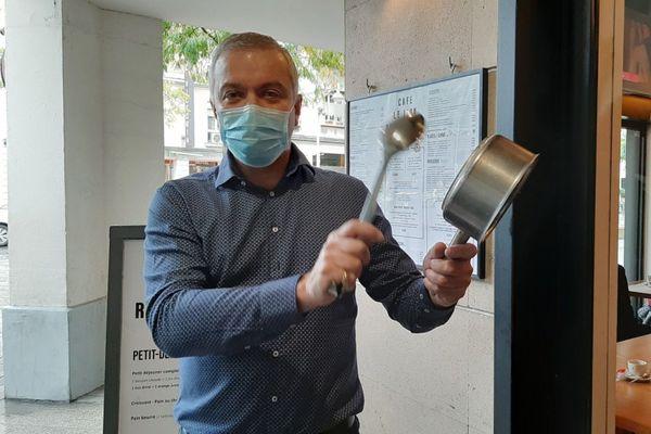 Vincent Mansencal, président des vitrines de Reims, casserole à la main pour dénoncer la situation des restaurateurs