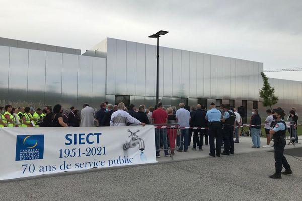 Elus et défenseurs du syndicat de l'eau du Touch se sont réunis devant la salle Horizon de Muret, ce 28 septembre 2021.