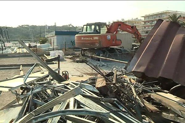 1ère étape: démolir les bâtiments existants.