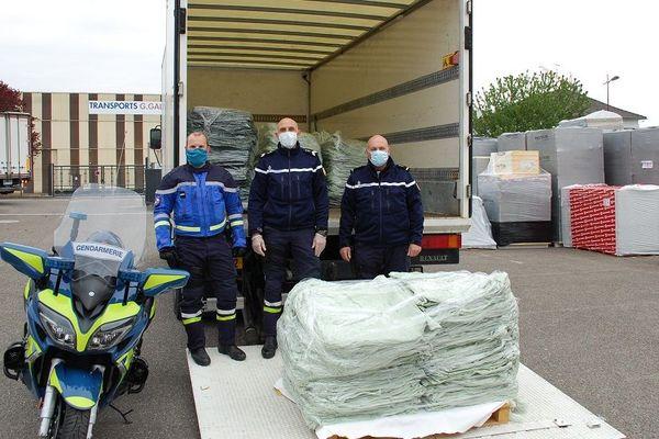 10.000 blouses réparties sur dix palettes à charger ce jour-là pour les gendarmes de la brigade motorisée de Strasbourg