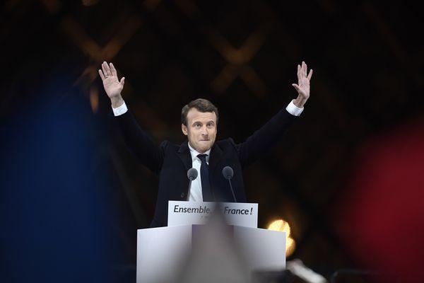 Emmanuel Macron lors de son discours du 7 mai devant la pyramide du Louvre à Paris