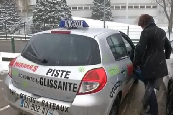 Les leçons de conduite, cela se fait aussi sous la neige, tant que les marquage au sol sont visibles.