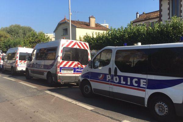 D'importants moyens de police, devant la mosquée Al-Islah, à Villiers-sur-Marne, dans le Val-de-Marne.