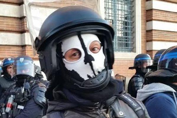 Le policier portait une cagoule tête de mort